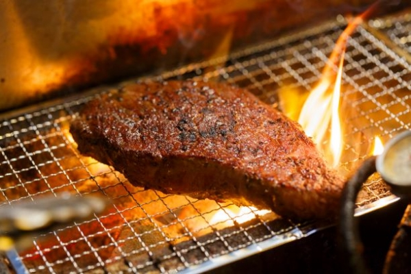 肉を焼くシーン